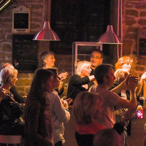 des menbres de l'équipe bénévole de l'association derrière le bar de la salle de concert