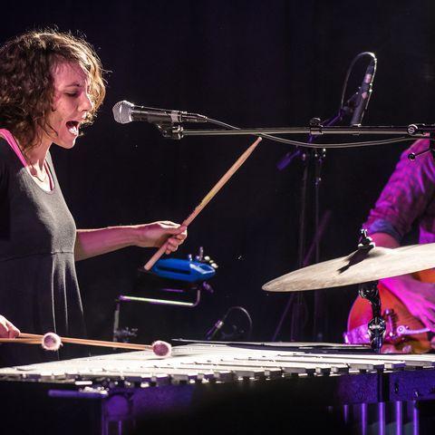 une percussionniste sur la scène du Quai 472 lors du Festival des Nouvelles Voix en Beaujolais, en partenariat avec le théatre de Villefranche