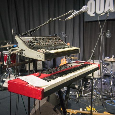 matériel de musique sur la scène lors de la location de salle de répétition à Villefranche sur Saône