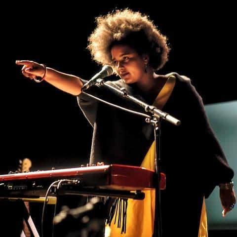 Du classique au jazz Conservatoire de Lyon en passant par le trip-hop et le gospel, elle a tracé son destin en enchaînant trois EP et plus de cent concerts en trois ans, dont les premières parties de Clarika, Pauline Croze, et Sanseverino.